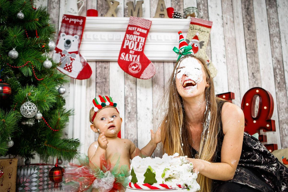 Cake Smash - Fotoshooting mit Kind - Weihnachten - Familie - Tortenschlacht - Fotostudio München - Fotograf Felikss Livschits-Francer - Mama Blog München