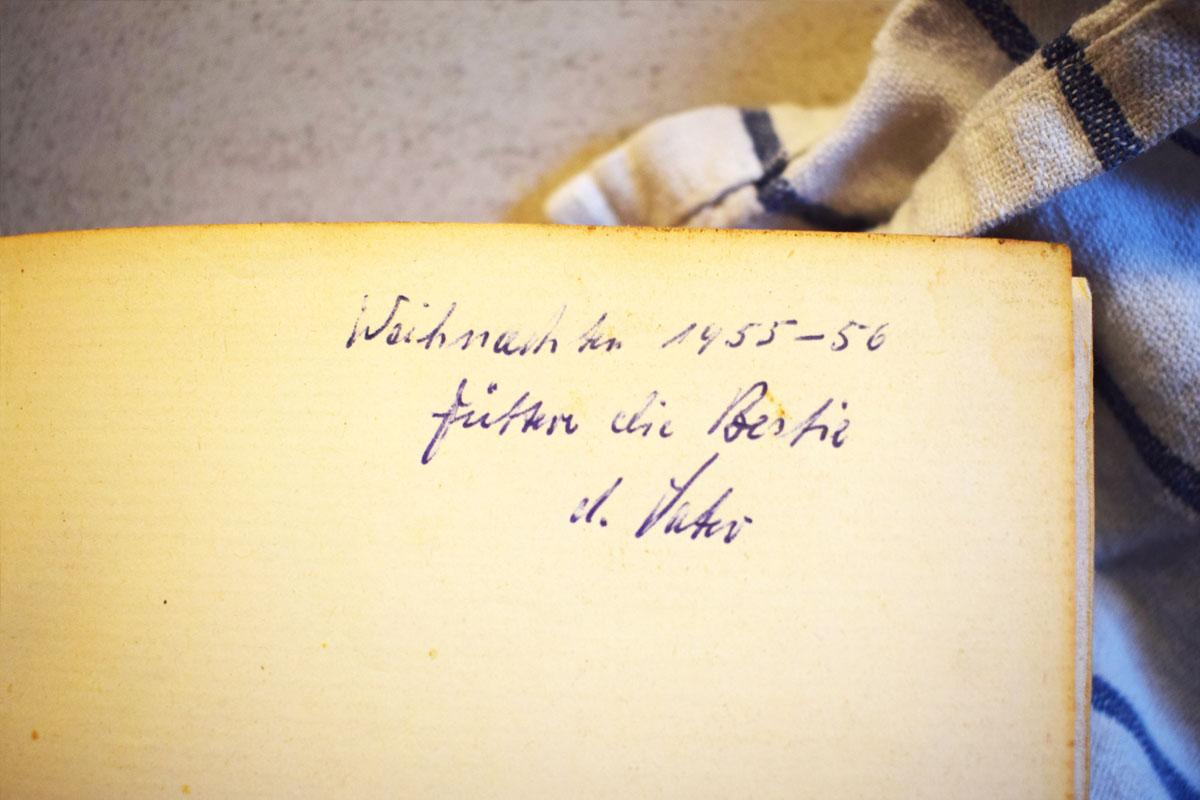 Plätzchenrezept von Oma - 1955 Backbuch - Weihnachten - Weihnachtsgebäck - Plätzchenteig - Backbuch Füttere die Bestie - schnell, einfach und lecker - Mama Blog München