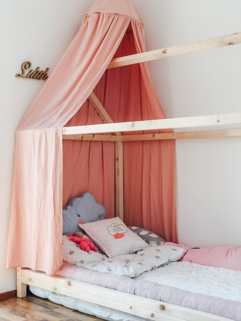 DIY Hausbett Floor Bed selber bauen Maria Montessori Bauanleitung Mama Blog München - house bed build yourself construction manual FamilyblogIMG_1532 2