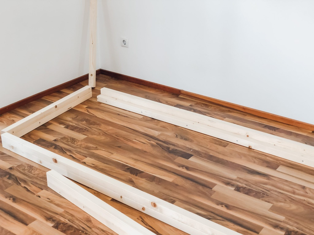 DIY Hausbett Floor Bed selber bauen Maria Montessori Bauanleitung Mama Blog München - house bed build yourself construction manual FamilyblogIMG_9012
