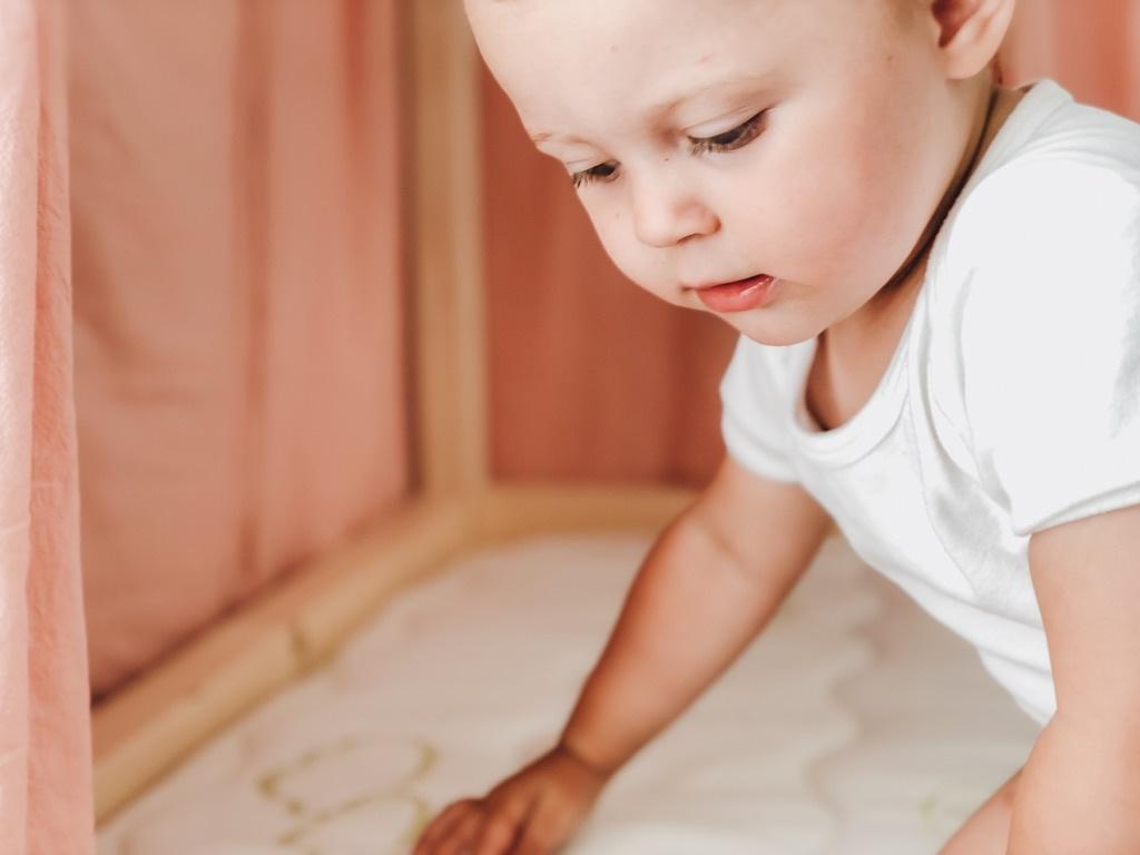 Zirbenholzmatratze von Träumeland - DIY Hausbett Floor Bed selber bauen Maria Montessori Bauanleitung Mama Blog München - house bed build yourself construction manual Familyblog_1
