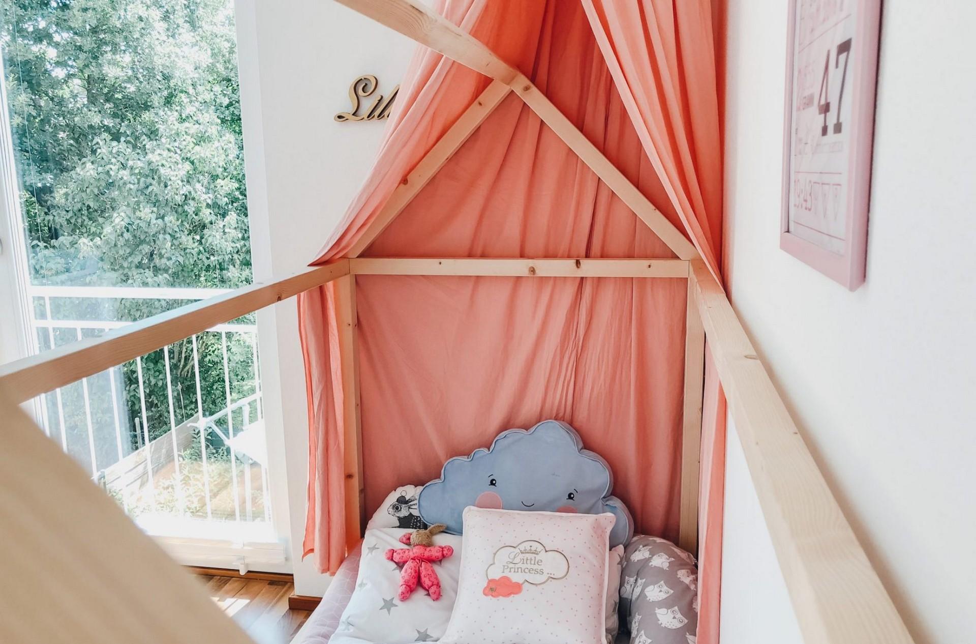 endlich durchschlafen diy hausbett f r kinder nach montessori zirbenholzmatratze von. Black Bedroom Furniture Sets. Home Design Ideas