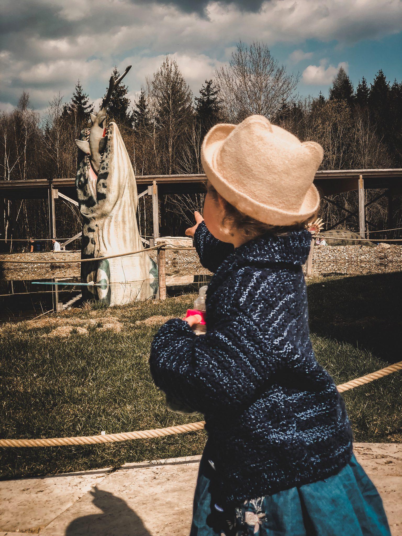 Dinosaurier Park im Altmühltal - Parkgelände mit Urzeittieren, Spielplatz, Skelette ausgraben und Shop - Mama Blog München 3