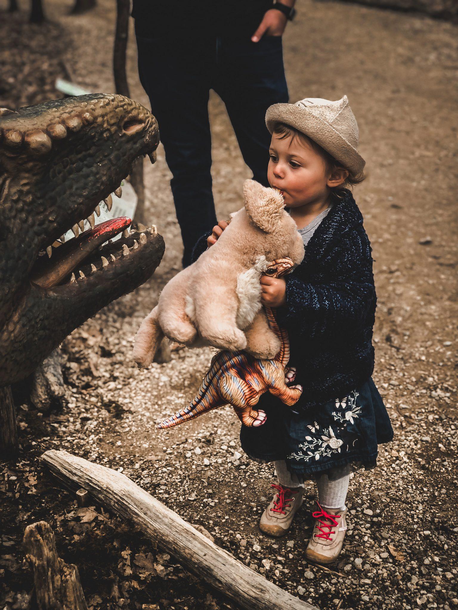 Dinosaurier Park im Altmühltal - Parkgelände mit Urzeittieren, Spielplatz, Skelette ausgraben und Shop - Mama Blog München 9